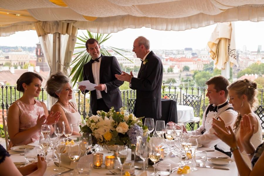 Zasedací pořádek kolem kulatého stolu na svatební hostině.