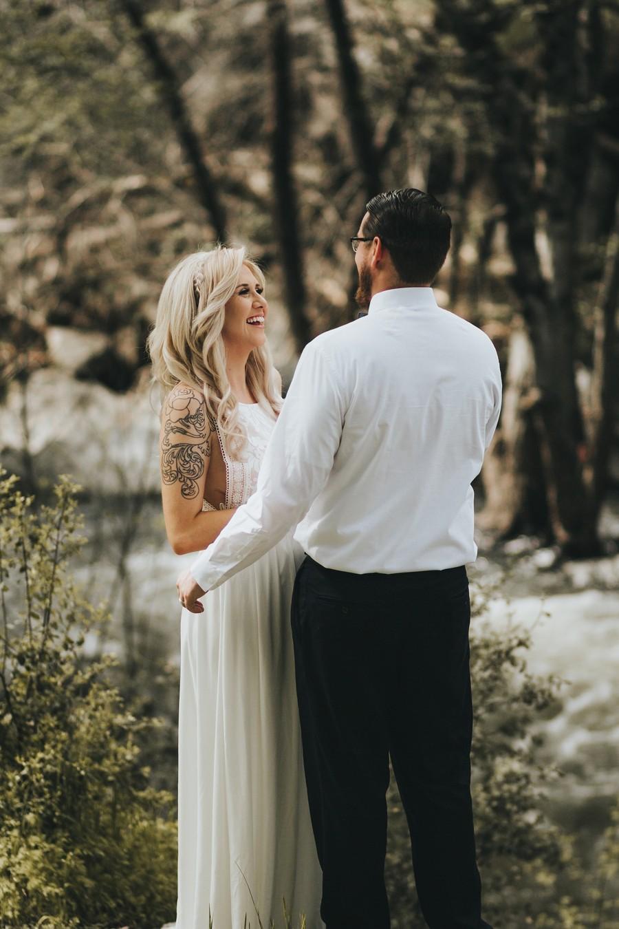 Boho svatba se obejde bez obleků a korzetových šatů. V kurzu je naopak ležérní styl.