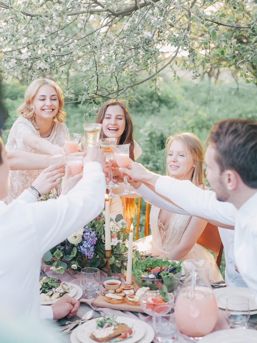 Kamarádky, které nejsou vdané ani zasnoubené a znají se, mohou přijít bez partnerů.