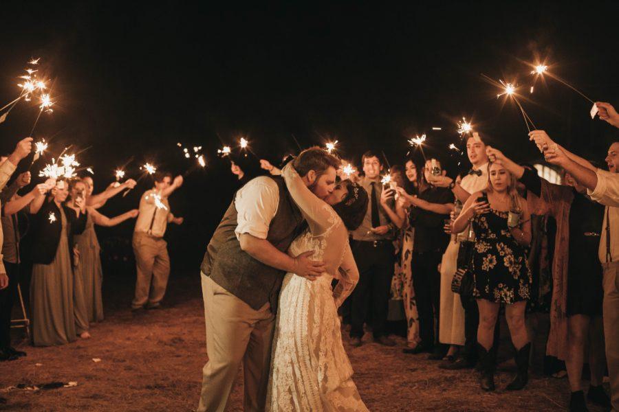 Svatební polibek za svitu prskavek