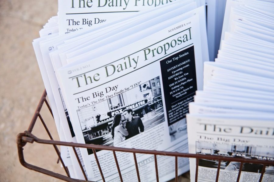 svatební noviny v košíku