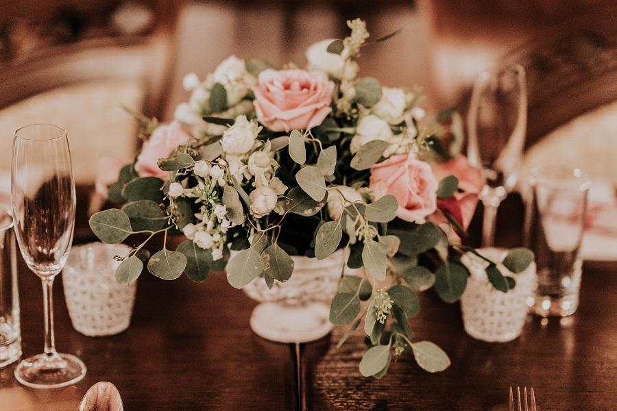 svatební kytice na stole