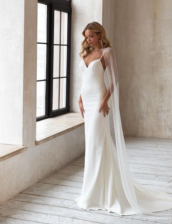svatební šaty s pelerínou