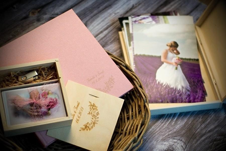 Dřevěné boxy boho svatbu krásně doladí.