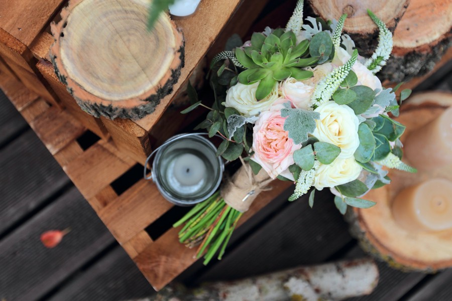 Květiny v tlumených barvách a přírodních detailech.
