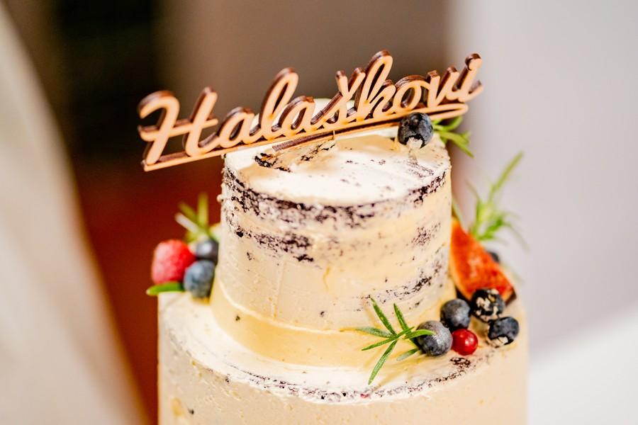 Dřevěný nápis na dort pro boho svatbu.